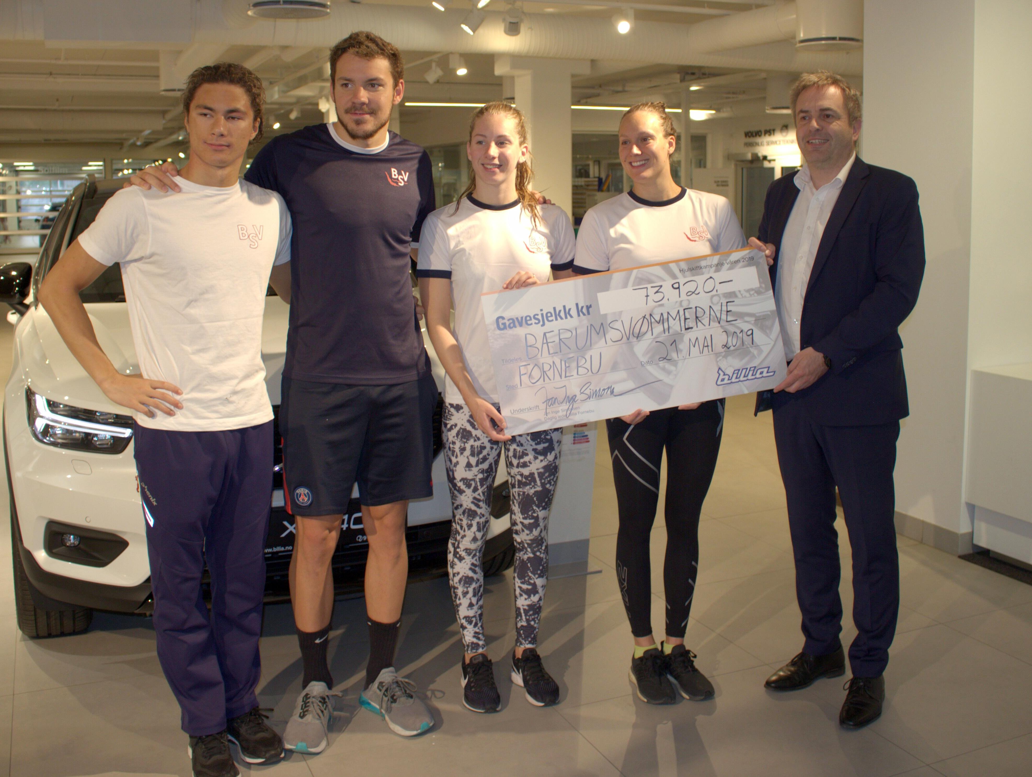 Tomoe, Niksa, Stine og Stine Lise fra Elitegruppen mottar gavesjekk fra Bilia Fornebu.